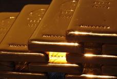 Слитки золота в магазине в Токио 18 апреля 2013 года. Цены на золото стабильны после спада, но в ближайшее время, вероятно, удержатся выше $1.300 из-за напряженной ситуации на Украине и в секторе Газа. REUTERS/Yuya Shino