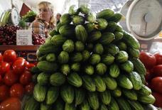 Прилавок с овощами на рынке в Санкт-Петербурге 9 июня 2011 года. Потребительские цены в России с 15 по 21 июля выросли на 0,1 процента, как и неделей ранее, сообщил в среду Росстат. REUTERS/Alexander Demianchuk