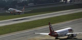 Avião da Gol decola próximo a um avião da Tam estacionado no aeroporto de Congonhas, em São Paulo. 17/01/2014.  REUTERS/Nacho Doce