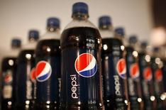Pepsico est une des valeurs à suivre mercredi à Wall Street. Le groupe a publié un bénéfice en baisse de 2% au deuxième trimestre, accompagnant un recul de 2% des ventes en volume en Amérique du Nord. Le bénéfice net recule à 1,98 milliard de dollars (1,29 dollar par action) contre 2,01 milliards (1,28 dollar) un an auparavant. /Photo d'archives/REUTERS/Mike Segar