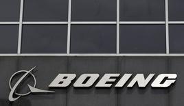 Imagen de archivo del logo de Boeing en su casa matriz de Chicago, abr 24 2013. La fabricante estadounidense de aviones Boeing Co reportó el miércoles un aumento del 52 por ciento en sus ganancias trimestrales impulsado por un alza en las entregas de aeronaves comerciales, al tiempo que elevó sus proyecciones de utilidades para todo el año. REUTERS/Jim Young
