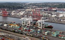 Imagen de archivo de una serie de contenedores apilados en el puerto de Seattle, EEUU, ago 21 2012. El Fondo Monetario Internacional dijo el miércoles que espera que la economía de Estados Unidos crezca incluso más lentamente que en su estimación de hace un mes, debido a la debilidad del primer trimestre. REUTERS/Anthony Bolante