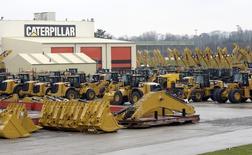 Техника Caterpillar на заводе в  Госли 28 февраля 2013 года. Прибыль Caterpillar Inc оказалась лучше прогнозов во втором квартале, однако продажи снизились, несмотря на восстановление строительного сектора. REUTERS/Eric Vidal