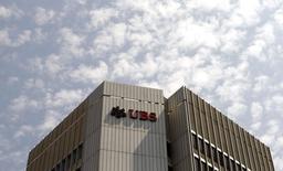 La caution de 1,1 milliard d'euros imposée par la justice française à UBS dans l'enquête qui a débouché sur sa mise en examen pour blanchiment aggravé de fraude fiscale donne un indice sur le montant de l'amende qui pourrait lui être infligée en cas de procès, selon une source judiciaire. /Photo prise le 24 juillet 2014/REUTERS/Arnd Wiegmann