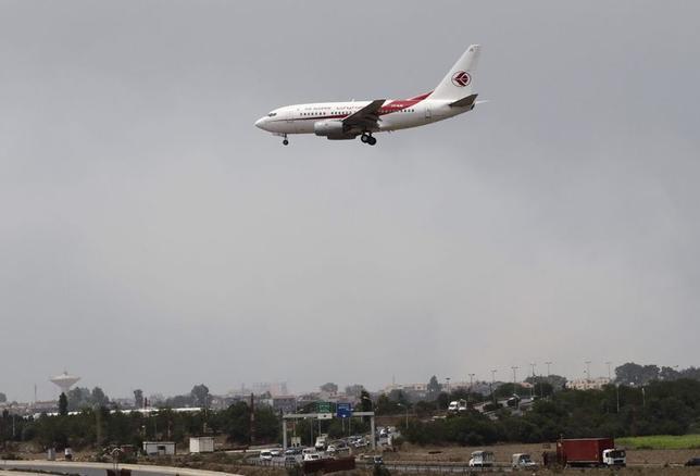 7月24日、当局によると、アルジェリア航空機が消息を絶った。写真はアルジェの空港へ着陸態勢に入る同社機。24日撮影(2014年 ロイター/Louafi Larbi)