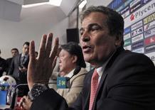 O colombiano Jorge Luis Pinto anuncia a sua saída do cargo de técnico da seleção de futebol da Costa Rica, em entrevista coletiva em San José, na Costa Rica, nesta quinta-feira. 24/07/2014 REUTERS/Juan Carlos Ulate
