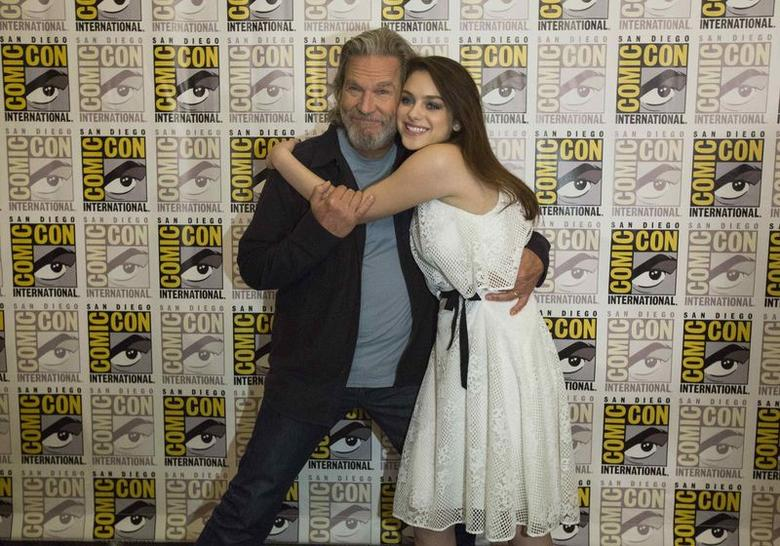 Cast members Jeff Bridges and Odeya Rush pose at a press line for the movie ''The Giver'' during the 2014 Comic-Con International Convention in San Diego, California July 24, 2014.  REUTERS/Mario Anzuoni