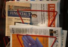 Pearson a fait état d'une forte baisse de son bénéfice du premier semestre, sous le coup notamment d'une augmentation des charges de restructuration et d'effets de change. Le groupe d'édition britannique, propriétaire du Financial Times, tire plus de 70% de ses ventes du segment de l'éducation. /Photo d'archives/REUTERS/Kai Pfaffenbach