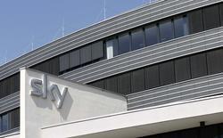 Le groupe britannique BSkyB est parvenu à un accord sur le rachat pour environ 4,9 milliards de livres (6,2 milliards d'euros) d'actifs de Rupert Murdoch dans la télévision payante en Allemagne et en Italie, pour donner naissance à un géant européen des médias. BSkyB eet détenu à 39% par la 21st Century Fox de Rupert Murdoch. /Photo d'archives/REUTERS/Michaela Rehle