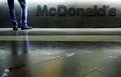 Покупатель в ресторане McDonald's в Москве 1 февраля 2010 года. Территориальное отделение Роспотребнадзора подало иск против ресторанной сети McDonald's с требованием запретить продажу некоторых бургеров и мороженого, сказала Рейтер представитель Тверского суда Москвы в пятницу. REUTERS/Denis Sinyakov/Files