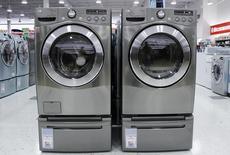 En la imagen, lavadoras y secadoras son vistas en una tienda en Nueva York. 28 de julio del 2010. Los pedidos de bienes duraderos manufacturados en Estados Unidos subieron más de lo esperado en junio, lo que apunta a un impulso en la economía a fines del segundo trimestre. REUTERS/Shannon Stapleton
