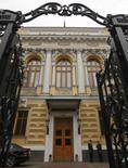 El Banco Central ruso en Moscú, sep 13 2013. El banco central de Rusia subió inesperadamente el viernes su tasa de interés clave, en una aparente medida preparatoria ante la posibilidad de enfrentar nuevas sanciones de Occidente por su intervención en Ucrania, un escenario que podría acelerar la salida de capitales de los mercados del país. REUTERS/Maxim Shemetov