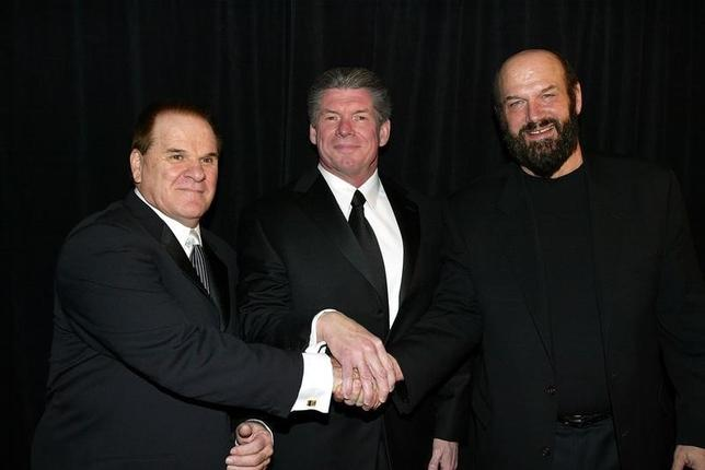 Former Major League Baseball player Pete Rose (L); Vince McMahon, chairman of World Wrestling Entertainment; and Minnesota Governor Jesse Ventura pose for a photo before the WWE Hall of Fame Inductions, in New York March 13, 2004.REUTERS/Shannon Stapleton  SS/HB