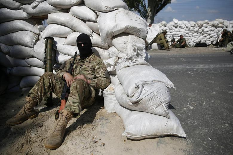 Pro-Russian separatist fighters from the so-called Battalion Vostok (East) wait behind sandbag walls at a checkpoint on the outskirts of the eastern Ukrainian city of Donetsk, July 10, 2014. REUTERS/Maxim Zmeyev