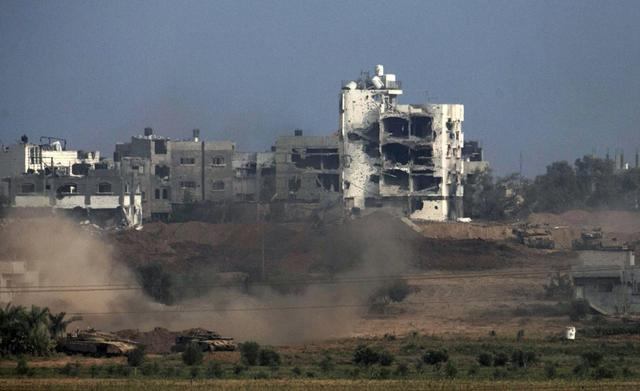 Israeli tanks are seen in the northern Gaza Strip July 28, 2014.  REUTERS/Baz Ratner
