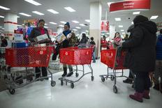 Imagen de archivo de un grupo de clientes al interior de una tienda de la cadena Target en Nueva York, nov 29 2013. La confianza del consumidor de Estados Unidos subió en julio a un nivel mensual máximo no visto desde octubre del 2007, según mostró un informe privado publicado el martes. REUTERS/Eric Thayer