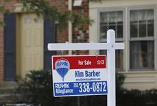Una vivienda en venta en Oakton, EEUU, mar 27 2014. Los precios desestacionalizados de casas unifamiliares en Estados Unidos cayeron en mayo e incumplieron las expectativas de una leve alza, mostró un informe publicado el martes.    REUTERS/Larry Downing
