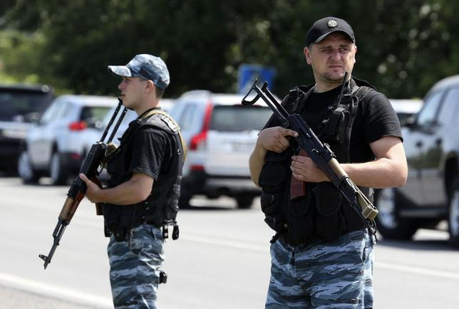Armed pro-Russian separatists stand guard on the suburbs of Shakhtarsk, Donetsk region July 28, 2014.   REUTERS/Sergei Karpukhin