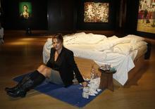 """Artista Tracey Emin posa junto à obra """"My Bed"""" em leilão da Christie's, em Londres, no dia 27 de junho deste ano.   REUTERS/Luke MacGregor"""