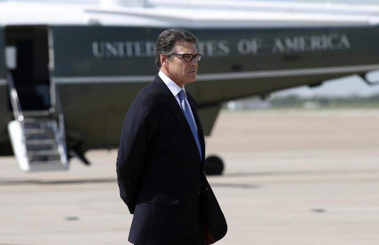 Texas Governor Rick Perry awaits the arrival of U.S. President Barack Obama (not seen) in Dallas to discuss a surge of Latin American young people crossing the U.S.-Mexico border July 9, 2014.  REUTERS/Kevin Lamarque