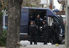 Police stand near the home of Juan Alberto Cabral, father of Juventus' soccer player Carlos Tevez, in Buenos Aires July 29, 2014. Cabral was kidnapped for about eight hours and later released after a ransom was paid, family lawyer Gustavo Galasso told reporters.      REUTERS/Enrique Marcarian