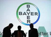 Le groupe pharmaceutique allemand Bayer a annoncé une hausse de 1% de son bénéfice opérationnel au deuxième trimestre, la forte croissance des ventes de ses nouveaux produits ayant été tempérée par des effets de change défavorables sur les marchés étrangers.  /Photo d'archives/REUTERS/Ina Fassbender