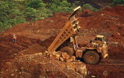 Eramet a annoncé que son résultat opérationnel courant était redevenu positif au premiersemestre, grâce notamment à l'amélioration du prix du nickel, et sa progression devrait se poursuivre au second semestre à la faveur de la stabilisation des prix du manganèse et du redressement de la production. Le résultat opérationnel courant s'est inscrit à 14 millions d'euros sur les six premiers mois de l'année, contre une perte de 9 millions un an plus tôt./Photo d'archives/REUTERS/Yusuf Ahmad