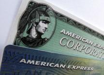 Карты American Express в Энсинитасе, Калифорния, 17 октября 2011 года. Прибыль American Express Co выросла во втором квартале 2014 года на 9 процентов благодаря тому, что большее количество клиентов использовало кредитные карты компании. REUTERS/Mike Blake