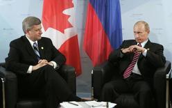 Президент России Владимир Путин и канадский премьер Стивен Харпер на встрече в  Хайлигендамме 7 июня 2007 года. Канада пообещала в ближайшие дни ввести дополнительные санкции в отношении России в координации с США и Евросоюзом, которые во вторник резко усилили экономическое давление на Москву. REUTERS/Chris Wattie