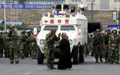 """Спецназ китайской полиции в Урумчи 7 июля 2009 года. В Синьцзян-Уйгурском автономном районе Китая, граничащем с Россией, Казахстаном, Киргизией и Таджикистаном в среду продолжилось насилие после серии кровопролитных атак, которые государственные СМИ назвали нападением """"террористов"""" на полицейских и чиновников. REUTERS/David Gray"""