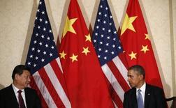 Президент США Барак Обама (справа) и председатель КНР Си Цзиньпин на саммите по ядерной безопасности в Гааге 24 марта 2014 года. США убеждают правительства стран Азии присоединиться к санкциям Вашингтона и Евросоюза против России, наказанной за поддержку сепаратистов на востоке Украины, сообщил в среду высокопоставленный чиновник Госдепартамента. REUTERS/Kevin Lamarque