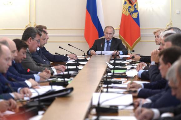 Russia's President Vladimir Putin (C) chairs a government meeting at the Novo-Ogaryovo state residence outside Moscow, July 30, 2014. REUTERS/Alexei Nikolskyi/RIA Novosti/Kremlin