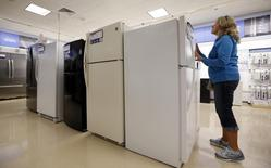 Inta Krueger shops for a refrigerator at a Sears store in Schaumburg, Illinois, near Chicago in this file photo taken September 23, 2013.  REUTERS/Jim Young/Files