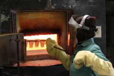 Imagen de archivo de un trabajador en la mina de oro Carlin de Newmont en Nevada, EEUU, mayo 21 2014. El crecimiento económico de Estados Unidos se aceleró más a lo esperado en el segundo trimestre y el declive en la producción en el período previo fue menos acentuado que lo informado anteriormente, lo que podría fortalecer las previsiones de un desempeño más enérgico en los últimos seis meses del año. REUTERS/Rick Wilking