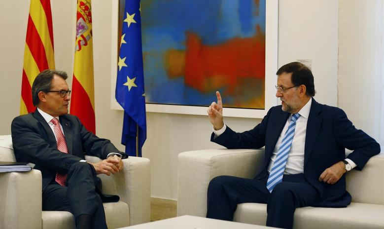 Spanish Prime Minister Mariano Rajoy (R) gestures during a meeting with Catalan President Artur Mas at the Moncloa Palace in Madrid, July 30, 2014.  REUTERS/Paul Hanna