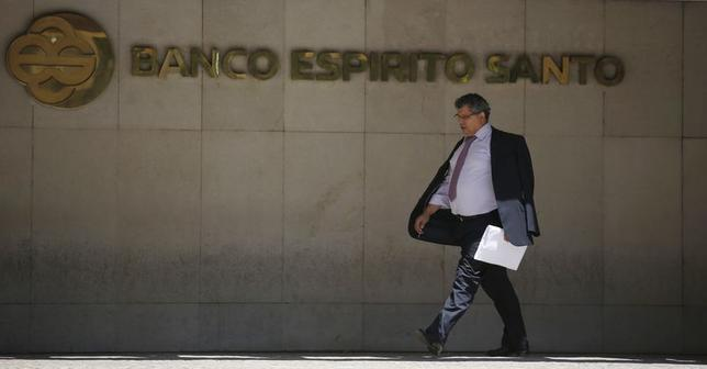 A man leaves the headquarters of Portuguese bank Banco Espirito Santo (BES) in Lisbon July 3, 2014.  REUTERS/Rafael Marchante