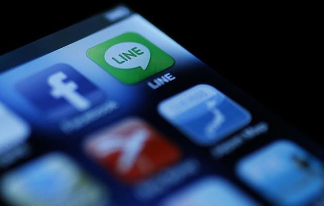 7月31日、中国の電子商取引大手アリババ・グループとソフトバンクは、日本の通信アプリ会社LINE(ライン)との出資あるいは提携について交渉している。2012年8月撮影(2014年 ロイター/Yuriko Nakao)