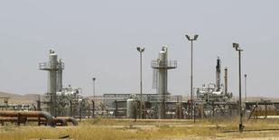 Нефтяное месторождение Bai Hassan к северо-западу от Киркука 12 июля 2014 года. Цены на нефть снижаются за счет повышения добычи ОПЕК и слабого спроса в США. REUTERS/Ako Rasheed