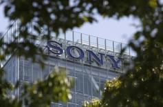 Sony a annoncé que son bénéfice d'exploitation sur le trimestre avril-juin avait doublé, à la faveur d'une forte performance de sa division réseaux et jeux. Le bénéfice d'exploitation du premier trimestre de l'exercice 2014-2015 a été de 69,8 milliards de yens (680 millions de dollars) contre 35,5 milliards un an plus tôt. /Photo d'archives/REUTERS/Yuya Shino