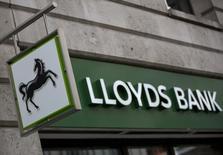 """Lloyds Banking Group a déclaré qu'il demanderait cette année à reprendre le versement d'un dividende à un degré """"modeste"""" après avoir annoncé une hausse d'un tiers de son bénéfice trimestriel en dépit d'une nouvelle augmentation des coûts de dédommagement aux clients auxquels avaient été vendus des produits d'assurance crédit dans des conditions litigieuses. /Photo d'archives/REUTERS/Neil Hall"""