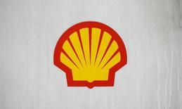 Логотип Shell на заправке в Лондоне 30 января 2014 года. Нефтяной гигант Royal Dutch Shell Plc увеличил прибыль на 33 процента во втором квартале, превзойдя прогноз аналитиков, за счет повышения добычи жидких углеводородов и цен на них.  REUTERS/Suzanne Plunkett