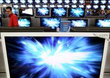 Телевизоры в магазине Saturn в Фолькетсвиле 22 апреля 2010 года. Немецкая Metro AG сообщила, что Чемпионат мира по футболу помог нарастить выручку ее отстающего бизнеса по продаже потребительской электроники Media-Saturn, в то время как ритейлер отчитался о положительной динамике в других своих отделениях. REUTERS/Arnd Wiegmann