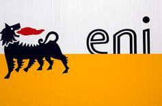 Логотип Eni в Сан-Донато-Миланезе 5 февраля 2013 года. Итальянская нефтегазовая компания Eni повысила чистую прибыль на 50,7 процента во втором квартале, но результат оказался ниже прогноза из-за спада добычи в нестабильной Ливии. REUTERS/Stefano Rellandini
