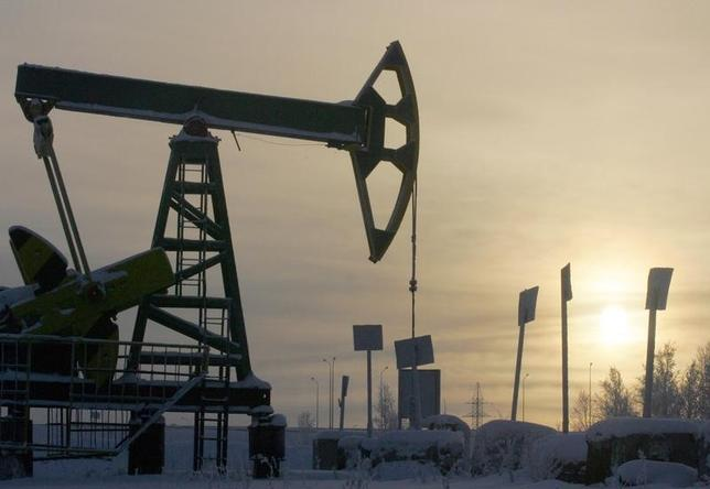A Yukos oil well is seen at sunset near the Russian northern city of Nefteyugansk, December 19, 2004 in this file photo.   REUTERS/Sergei Karpukhin