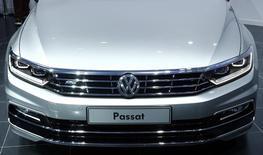La nariz de un vehículo Passat de Volkswagen durante su lanzamiento en Potsdam, Alemania, jul 3 2014. La automotriz Volkswagen reportó el jueves una baja de sus ganancias operativas del segundo trimestre porque la volatilidad de los mercados emergentes castigó sus resultados.  REUTERS/Thomas Peter