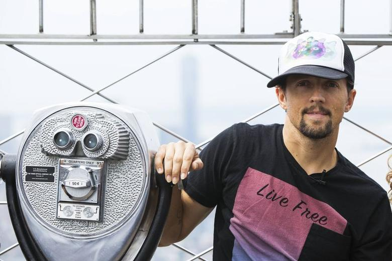 Singer Jason Mraz poses for pictures on top of the Empire State Building as he announces ''The Five Boroughs Tour'' and celebrates the release of his latest album, ''Yes'', in New York July 16, 2014.  REUTERS/Lucas Jackson/Files