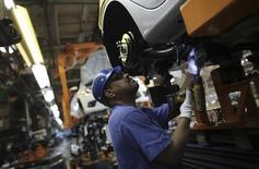 Un trabajador en la planta de ensamblaje de Ford en Sao Bernardo do Campo, Brasil, ago 13 2013. Las ventas de automóviles en Brasil cayeron un 14 por ciento en julio frente al mismo mes del año pasado, dijo el viernes una fuente con acceso a datos de la industria, agudizando un declive durante este año. REUTERS/Nacho Doce