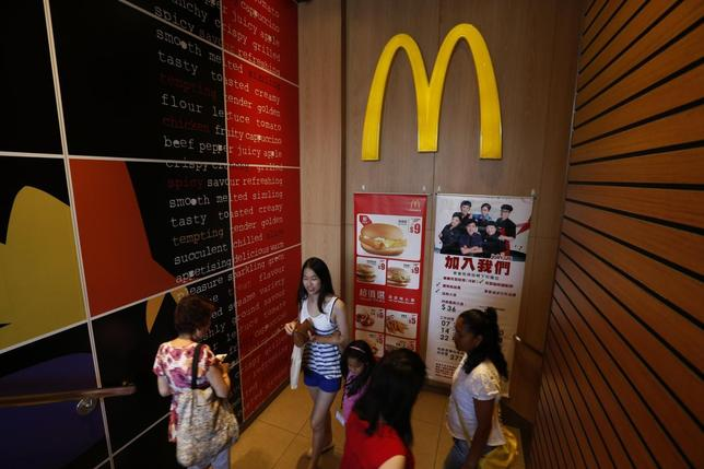 Diners leave a McDonald's restaurant in Hong Kong July 31, 2014. REUTERS/Bobby Yip