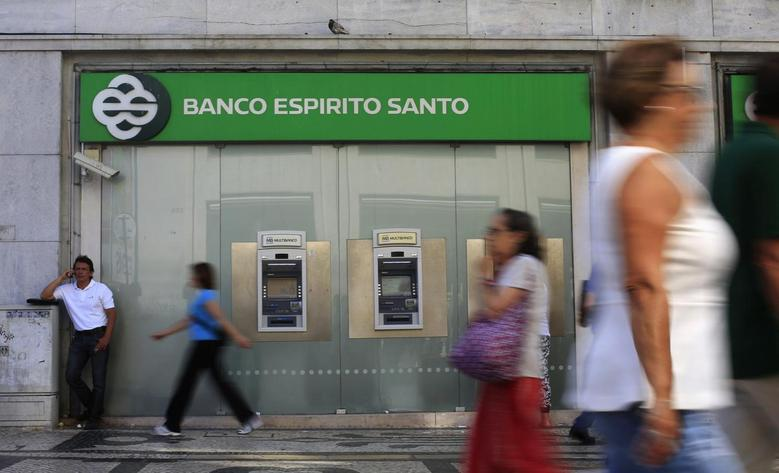 People walk past an office of Portuguese bank Banco Espirito Santo (BES) in downtown Lisbon July 30, 2014. REUTERS/Rafael Marchante