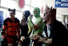 """Одетые персонажами """"Стражей галактики""""  люди на фестивале Comic-Con в Сан-Диего 24 июля 2014 года. Фантастический боевик """"Стражи Галактики"""" от студии Walt Disney Co собрал $94 миллиона в кинопрокате Северной Америки в дебютный уикенд, установив рекорд августа. REUTERS/Sandy Huffaker"""